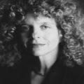 Il collage di Barbara Kruger contro gli stereotipi di genere