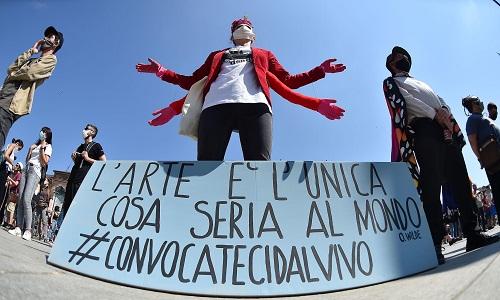 Il mondo dello spettacolo in un flash-mob a Torino
