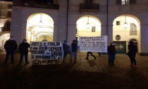 Piazza Castello, guerriglia urbana e cariche della polizia